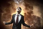 Junger Mann im Anzug brennt vor Ärger