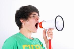 Junger Mann spricht in Megaphon