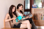 Zwei Frauen im Warteraum